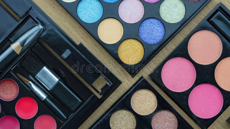 Flaches Lagefoto der verschiedener Make-upb?rste, -lidschattens und -kosmetik lizenzfreies stockbild