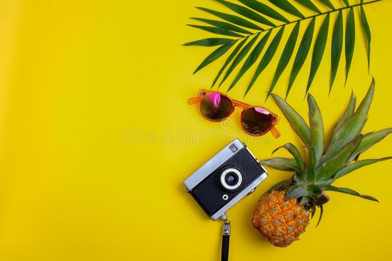 Flaches Lagereisendzubehör auf gelbem Hintergrund Draufsichtreise oder Ferienkonzept stockfoto