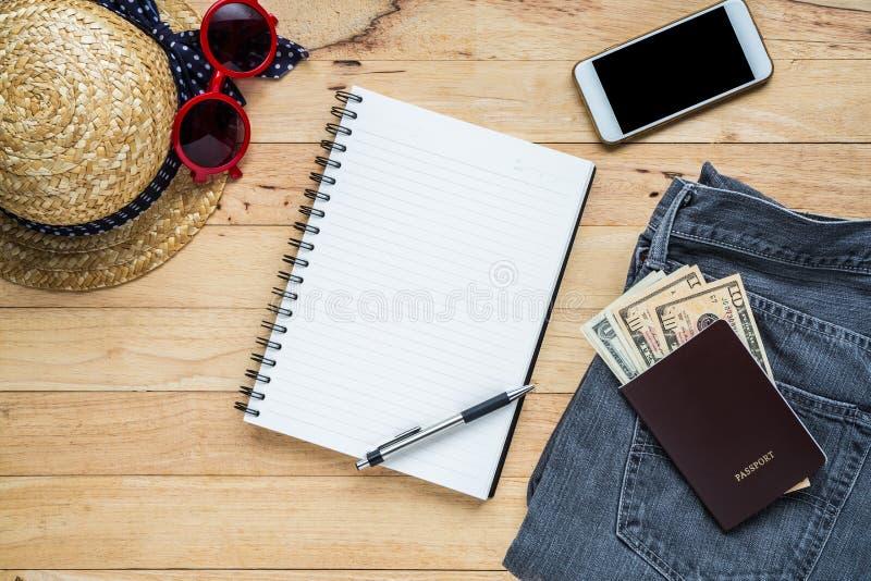 Flaches Lagereisezubehör kostümiert Notizbuch- und Kopienraum stockfotos