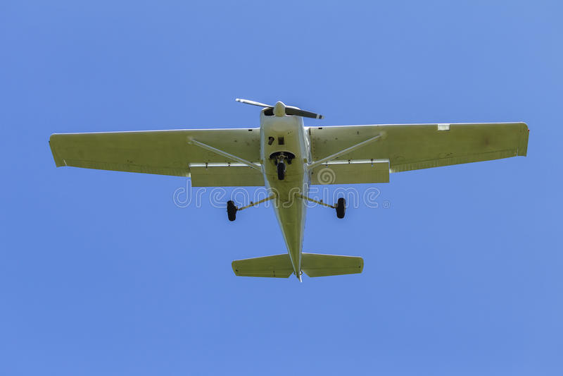 Flaches Leichtflugzeug-Fliegen stockbild