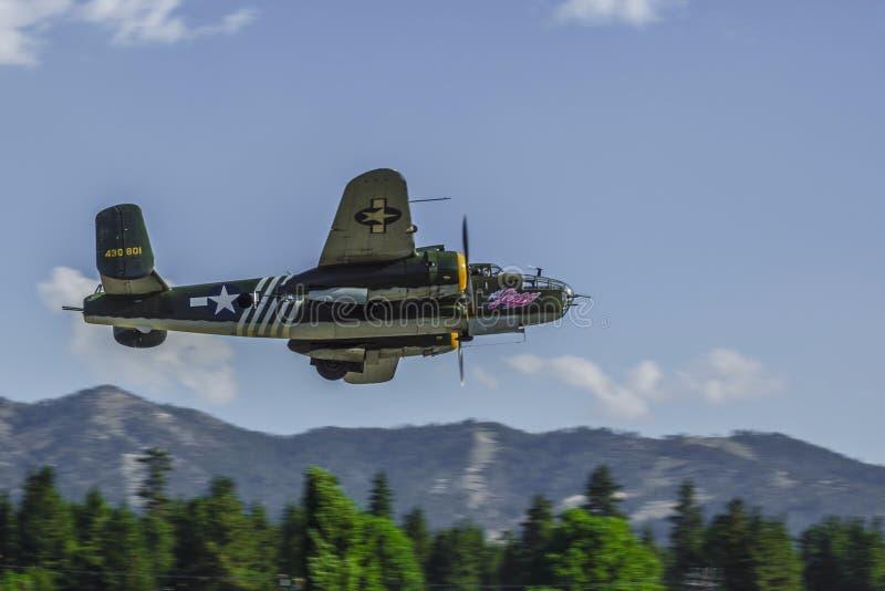 Flachpass makink B25 Warbird über Big Bear Stadt, Kalifornien lizenzfreies stockfoto