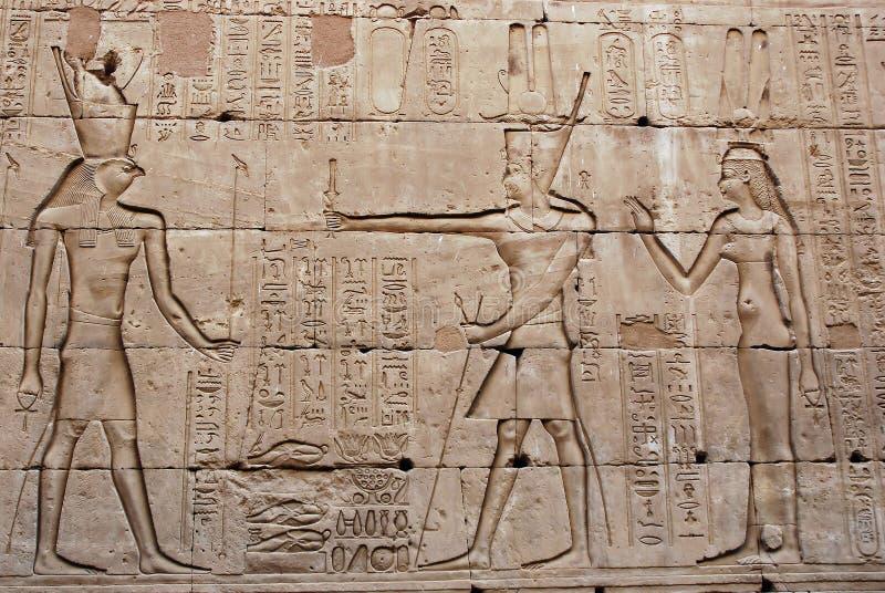 Flachrelief auf der Wand - Tempel von Edfu - Ägypten stockfotos