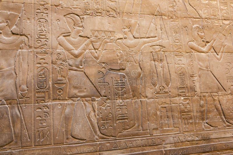 Flachrelief, das Osiris und die Nil-Überschwemmung darstellt stockfotografie