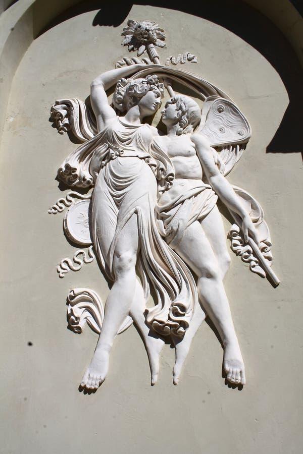 Flachrelief, das zwei Nymphen des Holzes darstellt stockfotos