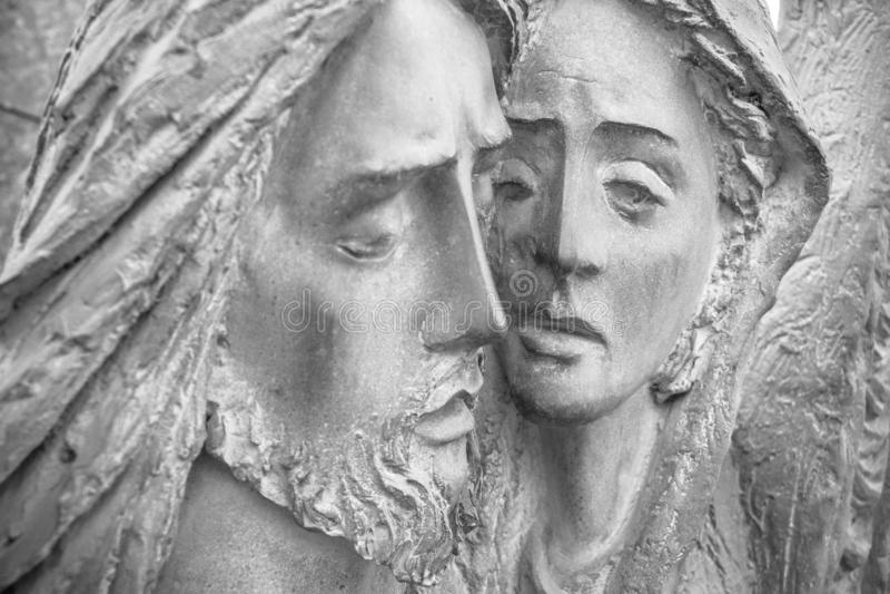 Flachrelief in der Bronze, die das Mitleid von Michelangelo darstellt stockbild