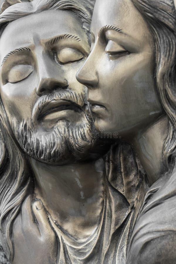 Flachrelief in der Bronze, die das Mitleid von Michelangelo darstellt lizenzfreie stockbilder