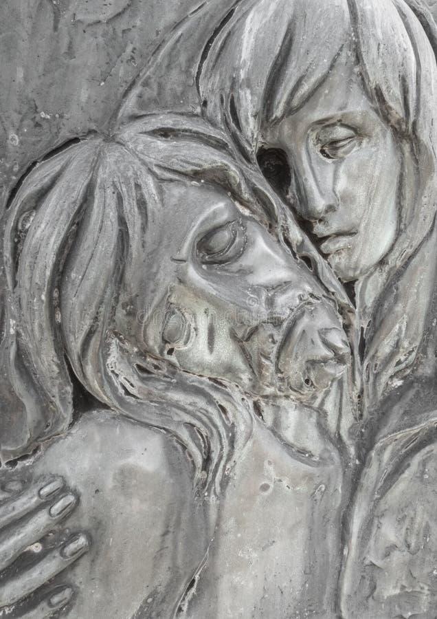 Flachrelief in der Bronze, die das Mitleid von Michelangelo darstellt stockfotos
