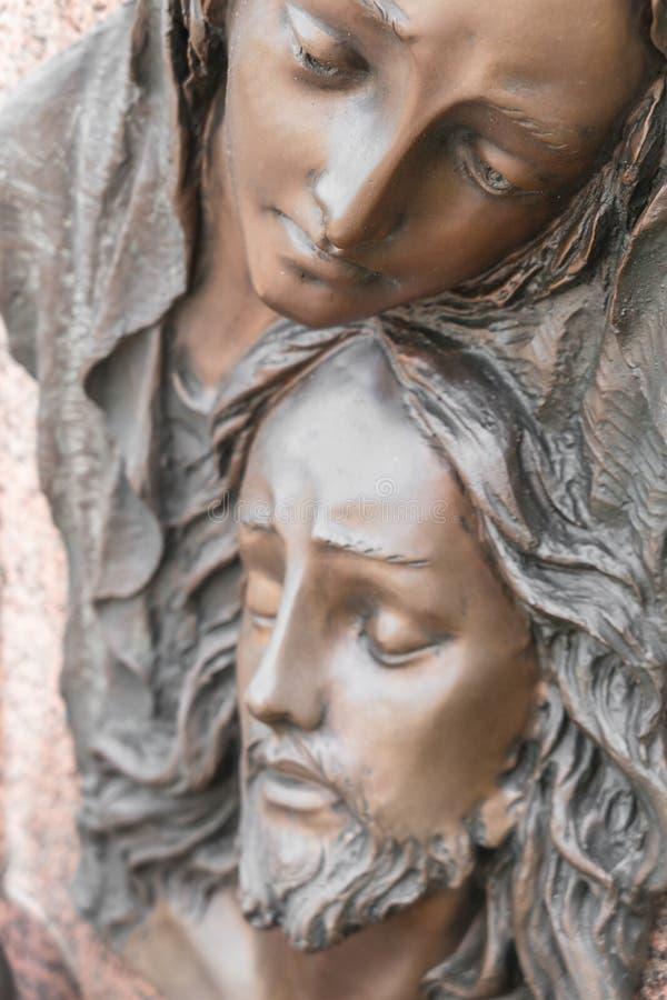 Flachrelief in der Bronze, die das Mitleid von Michelangelo darstellt stockfoto