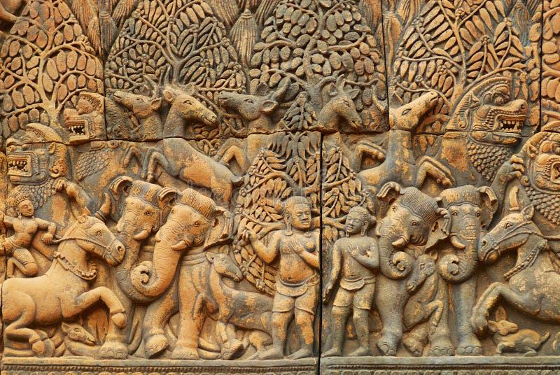 Flachrelief an der Wand der alten Tempelruine Banteay Srei in Siem Reap, Kambodscha lizenzfreie stockbilder