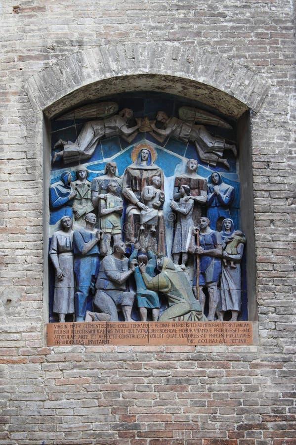 Flachrelief mit Jungfrau Maria stockbild