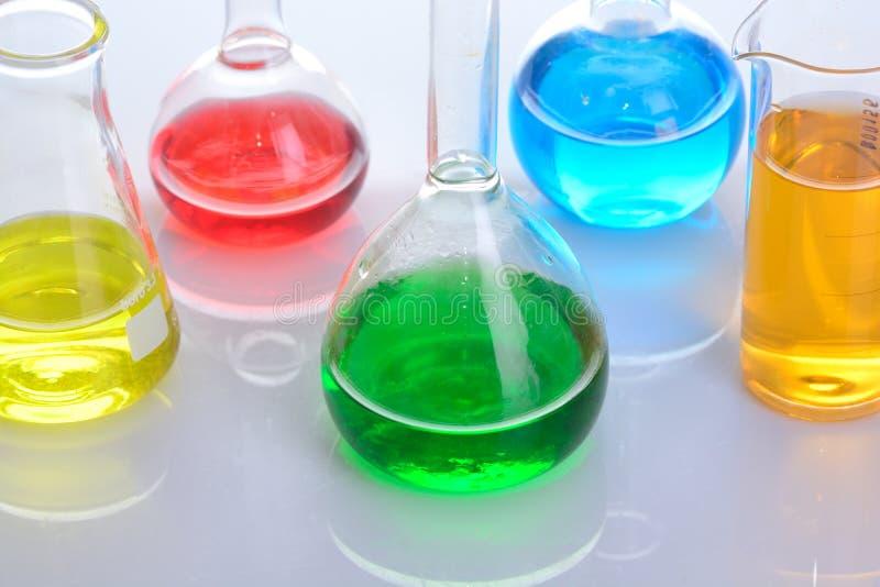 Flacon chimique de laboratoire image stock