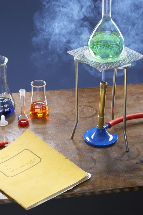Flacon de chauffage de bec Bunsen avec l'équipement de la science dans le laboratoire photographie stock libre de droits