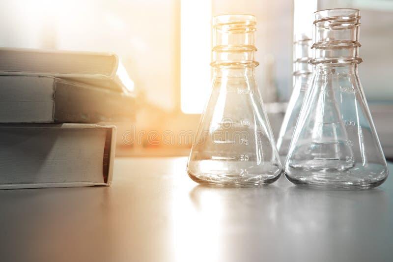 Flacon trois dans le laboratoire de science avec le livre pour l'éducation ou le stu image stock
