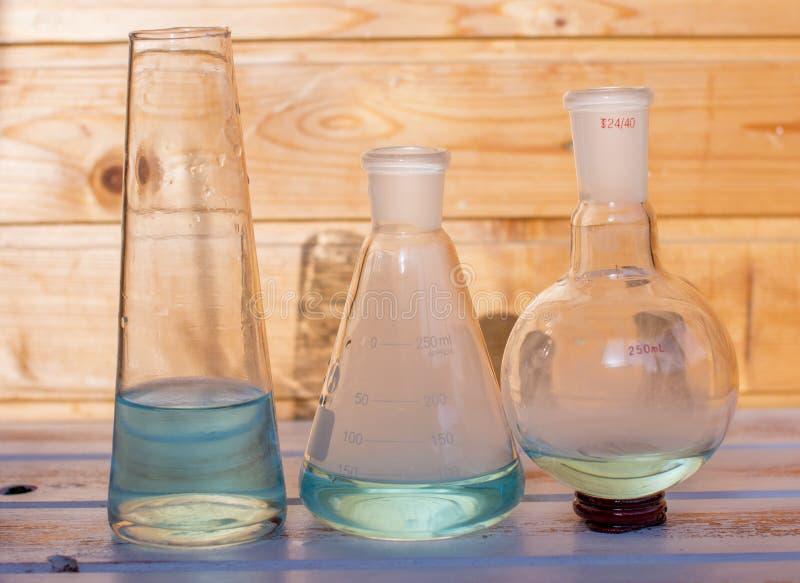 Flacons chimiques pour le laboratoire photo stock