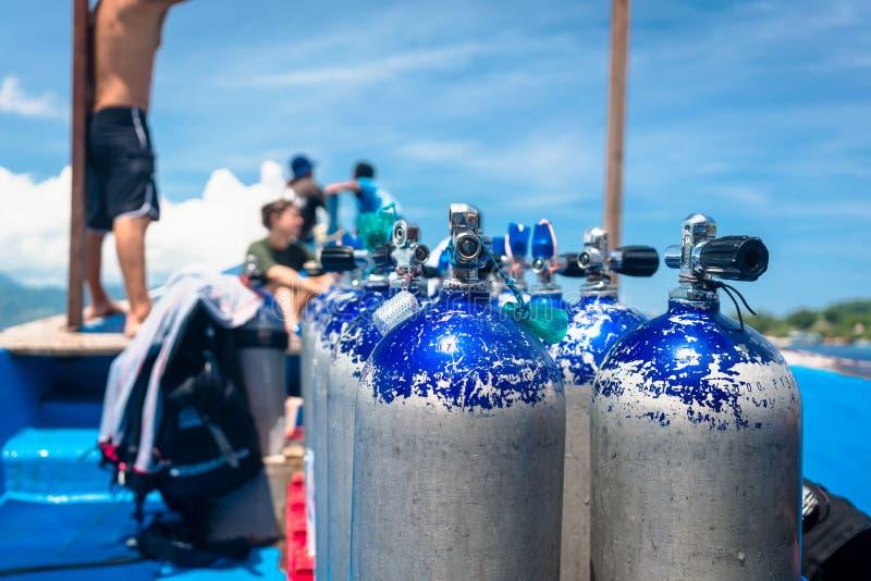 Flacons de transport de l'oxygène de bateau pour la plongée à l'air images stock