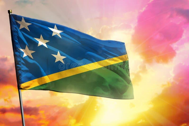 Fladderende Solomon Islands-vlag op mooie kleurrijke zonsondergang of zonsopgangachtergrond Verschillende 3d bal stock afbeeldingen
