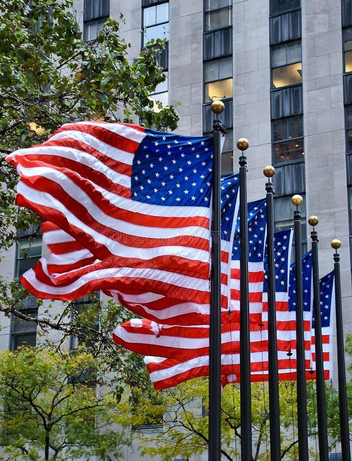 Fladderende vlaggen stock fotografie