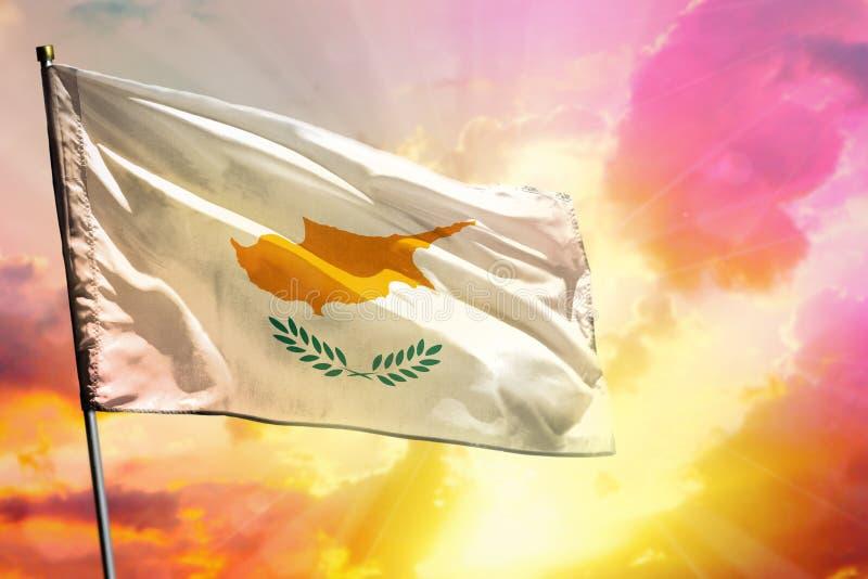 Fladdra den Cypern flaggan på härlig färgrik solnedgång- eller soluppgångbakgrund bollar dimensionella tre royaltyfri bild