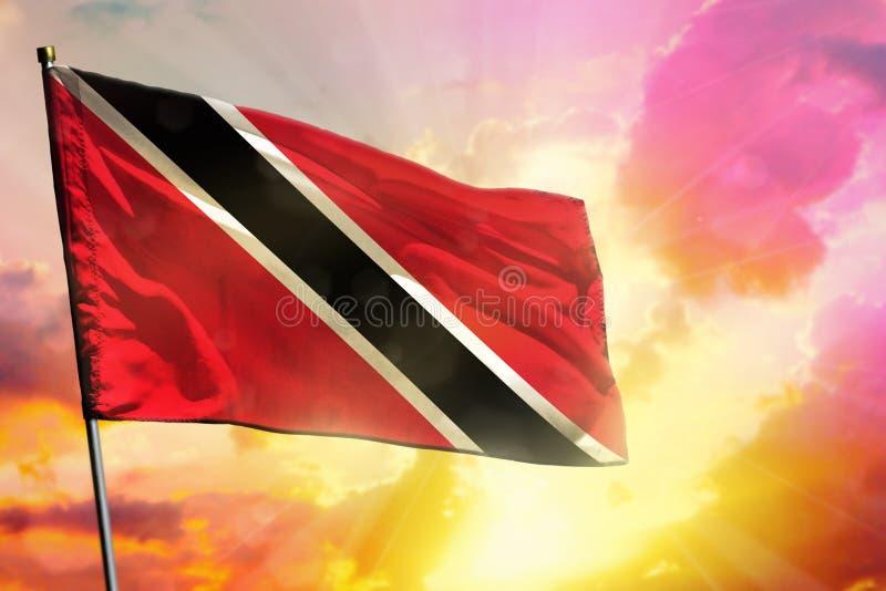 Fladdra den Trinidad och Tobago flaggan på härlig färgrik solnedgång- eller soluppgångbakgrund bollar dimensionella tre royaltyfria bilder
