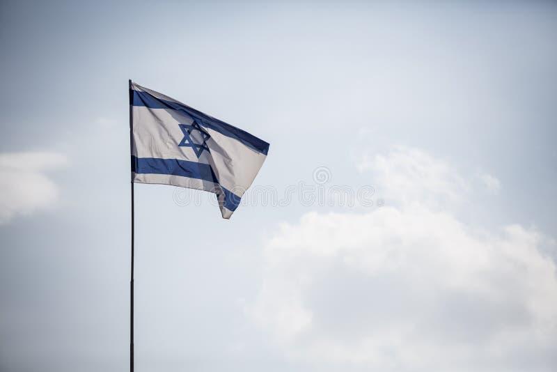 flag израильтянин Флаг Израиля на голубой предпосылке в ветре Реальное фото стоковые изображения rf