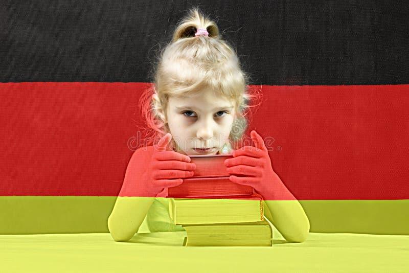 flag немец белокурая девушка хочет учить немецк двойная экспозиция стоковое фото rf