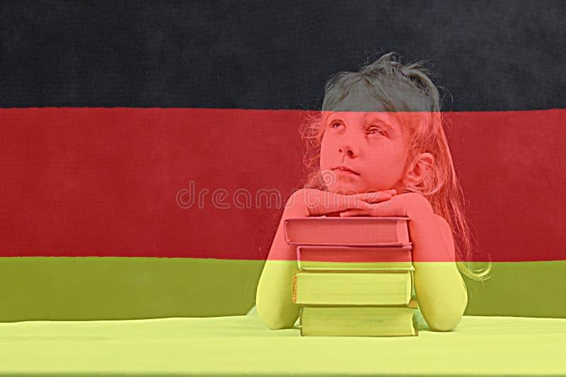 flag немец белокурая девушка хочет учить немецк двойная экспозиция стоковые изображения rf