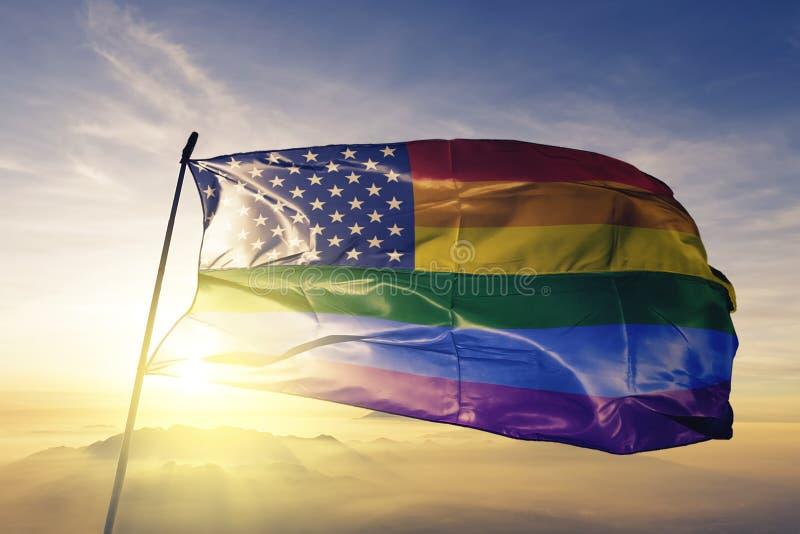 Flag amerykańskich gwiazd homoseksualnej dumy tęczy flagi tkaniny tekstylny sukienny falowanie na odgórnej wschód słońca mgły mgl ilustracji