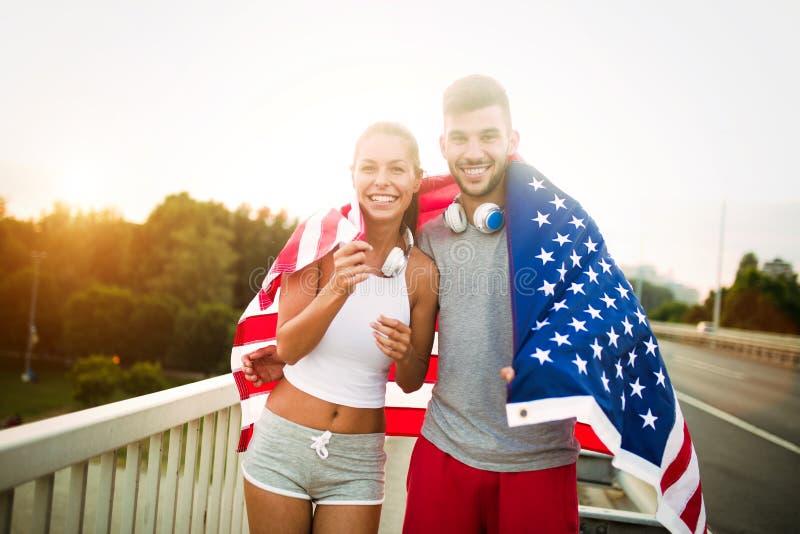 Flaga amerykańska - kobiety i mężczyzna usa sporta atlety zwycięzcy doping macha USA flaga fotografia stock