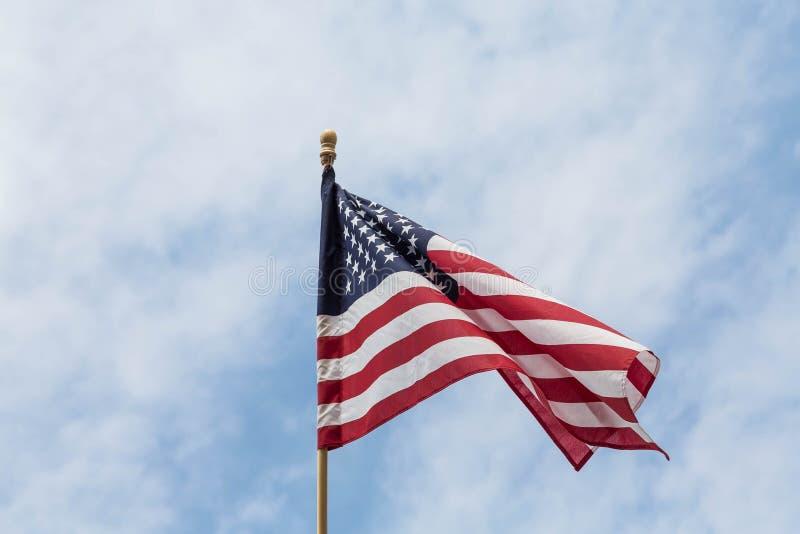 Flaga Amerykańska na Drewnianym słupie Przeciw niebu obraz royalty free