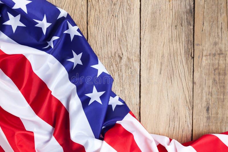 Flaga amerykańska na drewnianym tle dla dnia pamięci lub 4th Lipiec zdjęcia stock