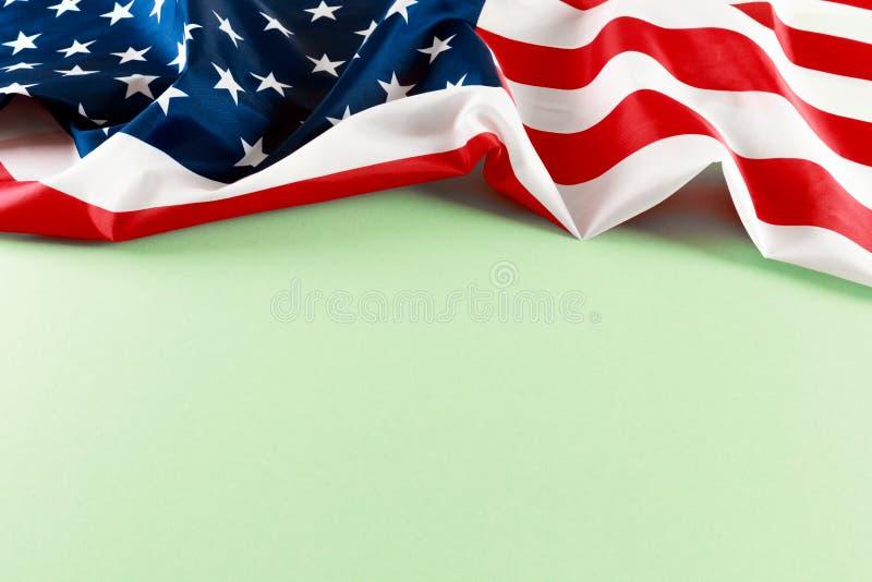 Flaga amerykańska na zielonego tła odgórnym widoku fotografia stock