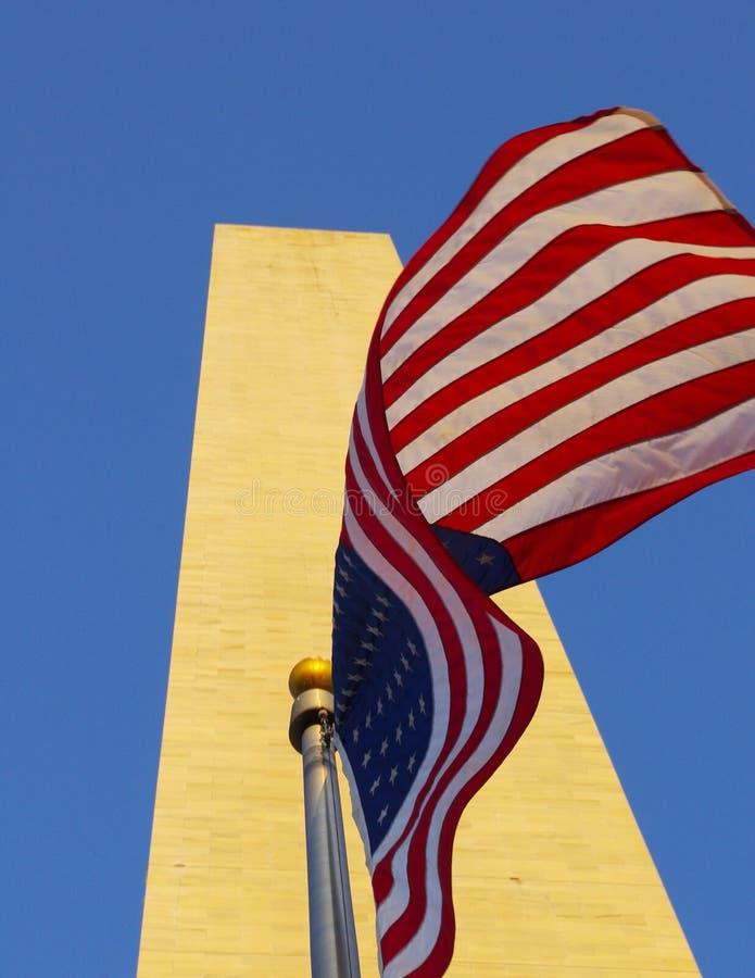 Flaga amerykańska przy bazą Waszyngtoński zabytek w złotym świetle obrazy stock