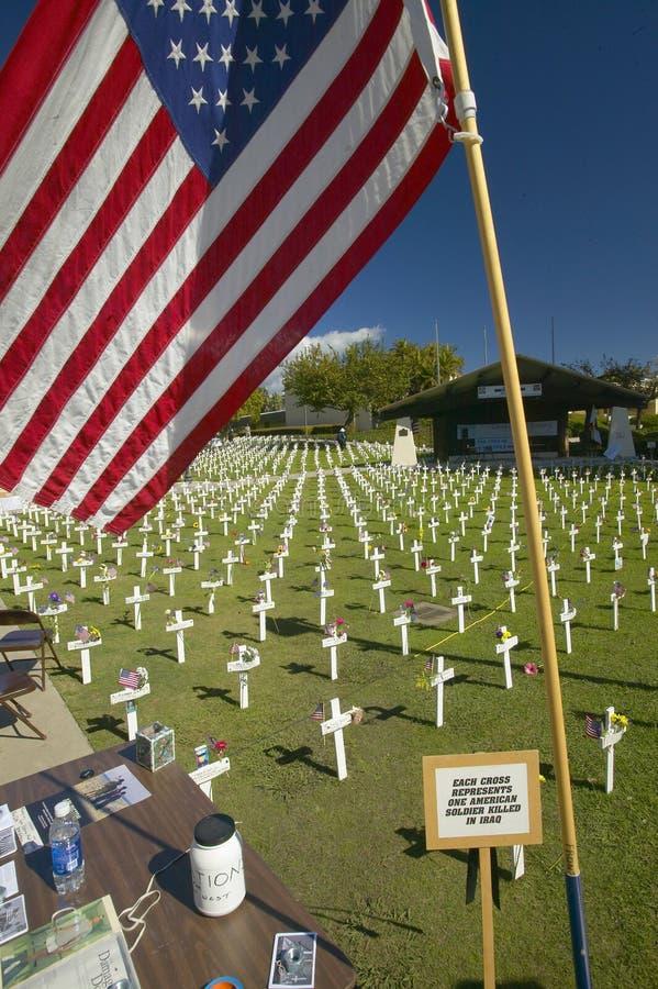 Flaga amerykańska przy próbnymi cmentarnianymi honoruje 1500+ Irakijskimi żołnierzami zabijać w Irackiej wojnie, Ventura Kaliforn obrazy stock