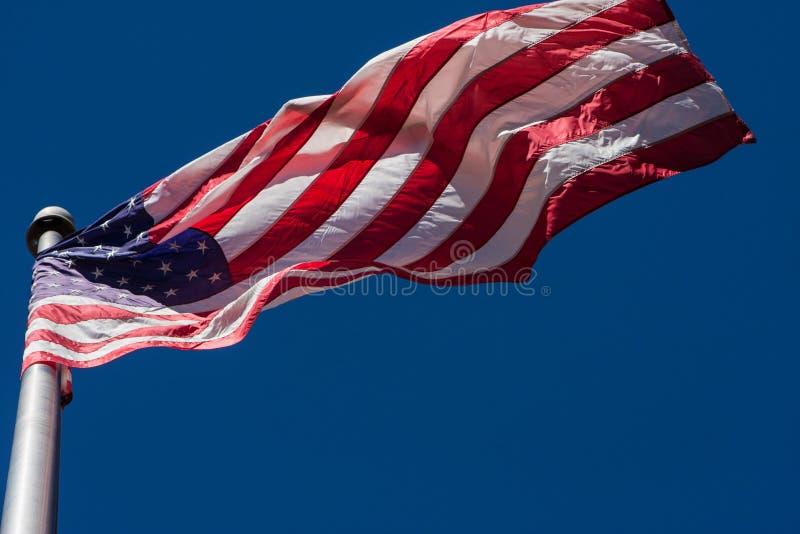 Flaga Amerykańska Unfurls W Ciekawym wzorze Na Flagpole obraz royalty free