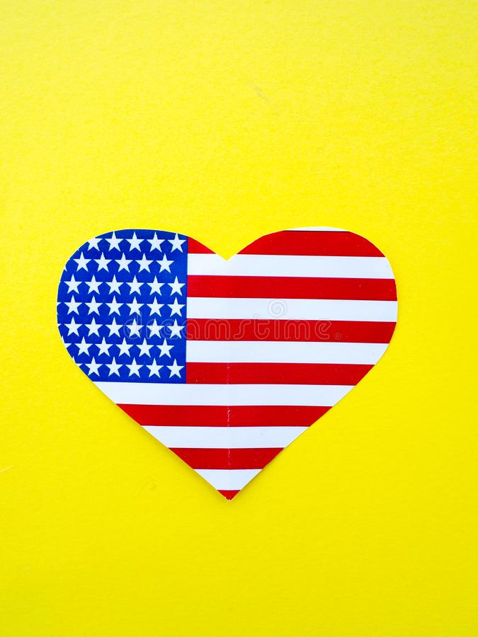 Flaga amerykańska w formie serca na jaskrawym żółtym tle, usa, dzień niepodległości zdjęcie royalty free