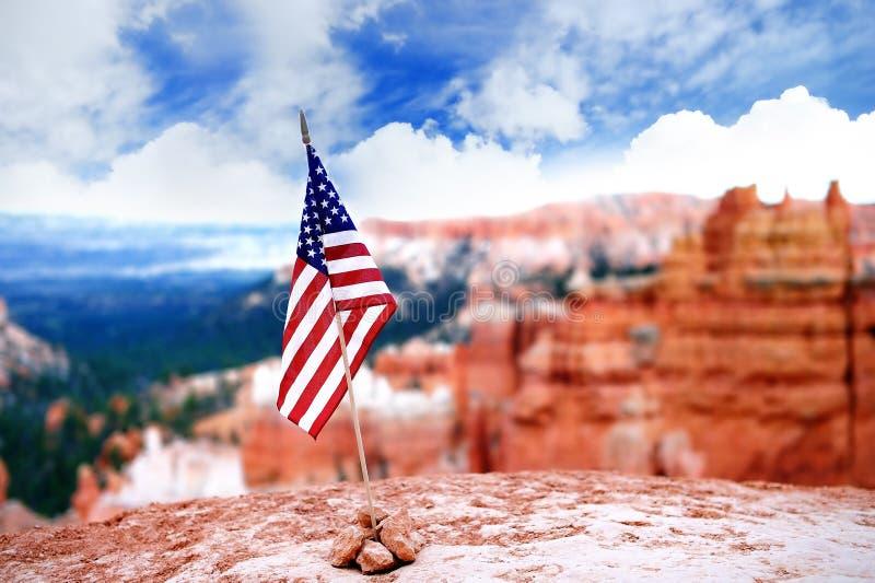 Flaga amerykańska z Bryka jaru parkiem narodowym na tle zdjęcie royalty free