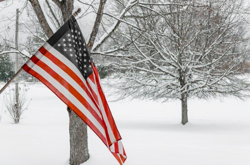 Flaga Amerykańska z zima śniegu tłem fotografia royalty free