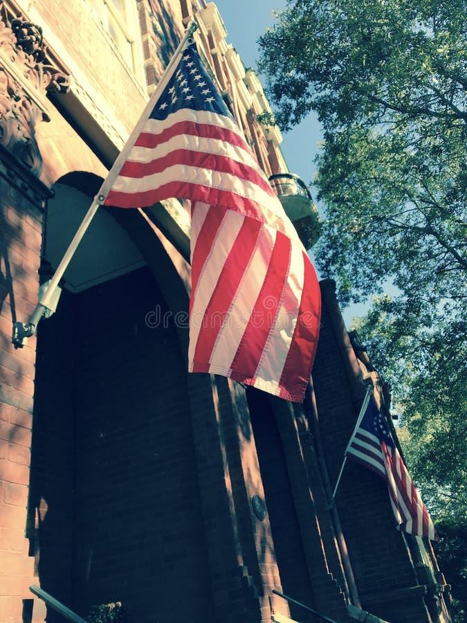 Flaga amerykańskie latają na fasadzie w sawannie, Gruzja - usa zdjęcia royalty free