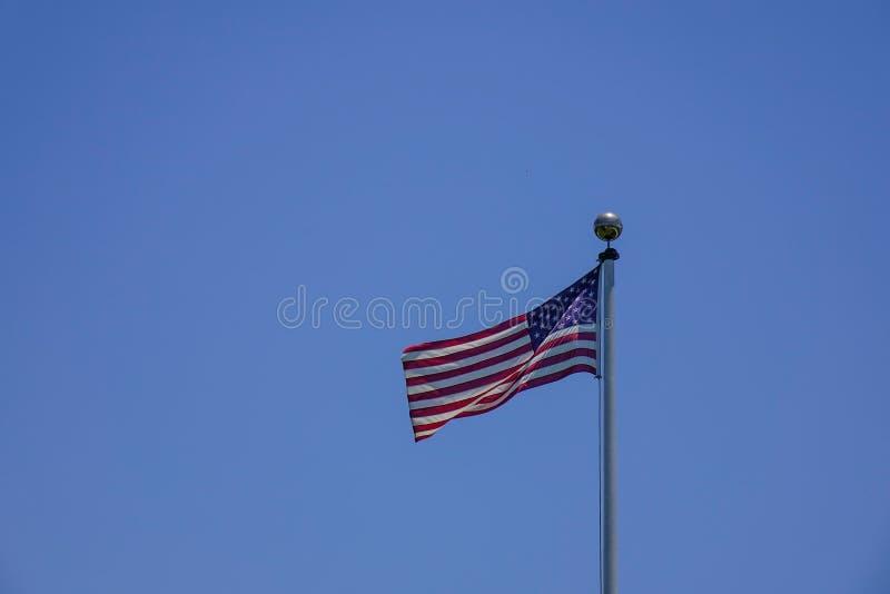 Flaga amerykańskiej falowanie w niebie zdjęcia stock