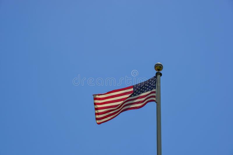 Flaga amerykańskiej falowanie w niebie fotografia stock