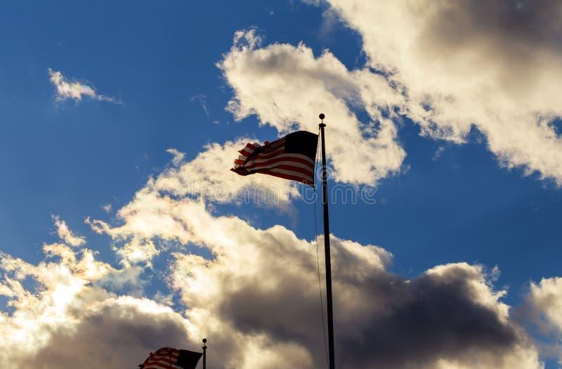 Flaga amerykańskiej flagpole falowanie w wiatrze przeciw chmurom, niebieskie niebo fotografia royalty free