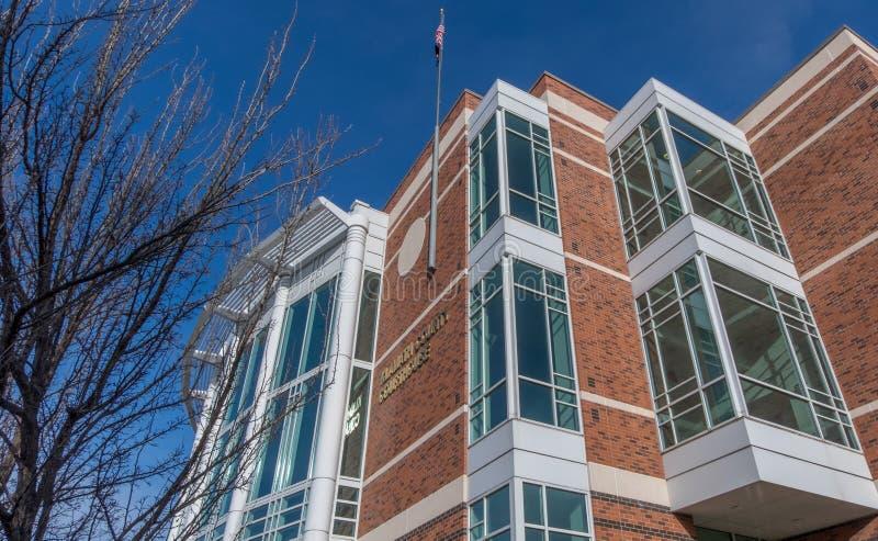 Flaga amerykańskiej latanie przy Klamath okręgu administracyjnego gmachem sądu w Klamath Spada Oregon obrazy royalty free