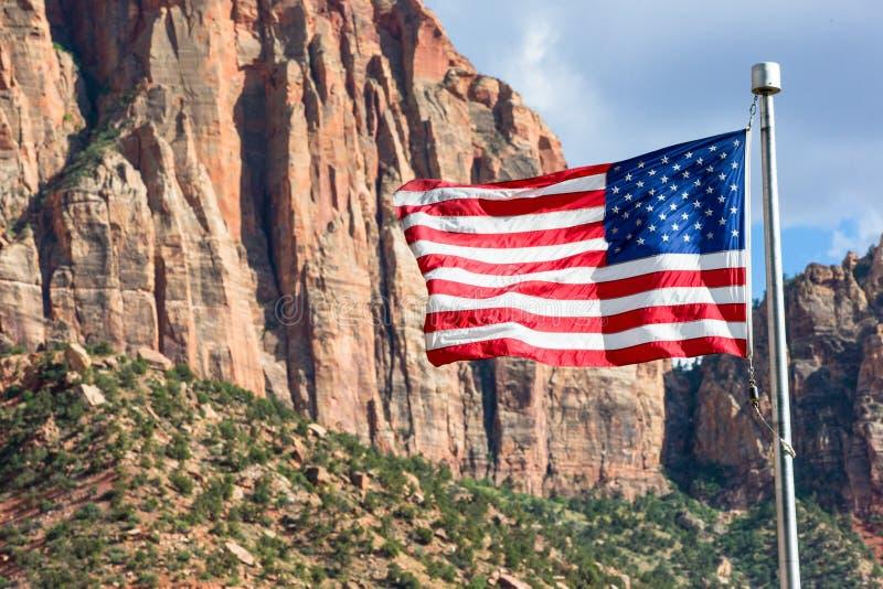 Flaga Amerykańskiej latanie w Zion parku obrazy royalty free