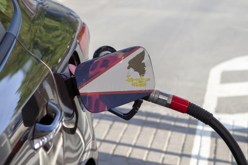 Flaga amerykanin Samoa na samochodowym ` s paliwa napełniacza łopocie fotografia stock