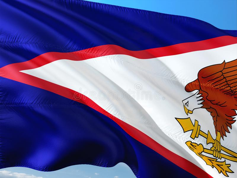 Flaga amerykanina Samoa falowanie w wiatrze przeciw g??bokiemu niebieskiemu niebu Wysokiej jako?ci tkanina obraz royalty free