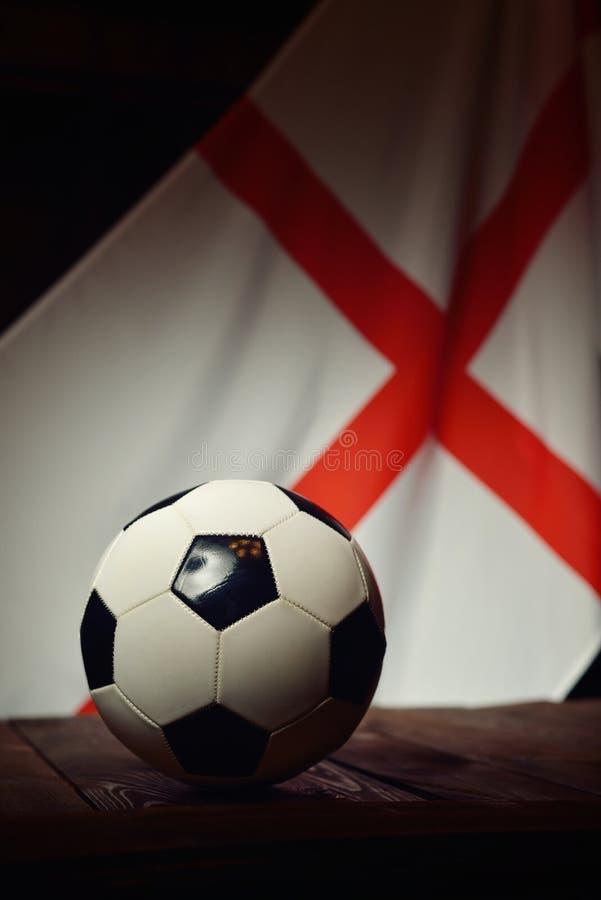 Flaga Anglia z futbolem na drewnianych deskach fotografia royalty free