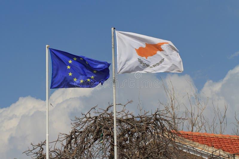 Flaga Cypr i Europejski zjednoczenie na flagpole fotografia royalty free