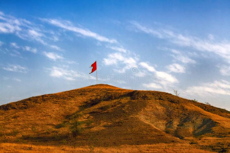 Flaga Czerwonej Komunistycznej na górze W Indiach fotografia royalty free