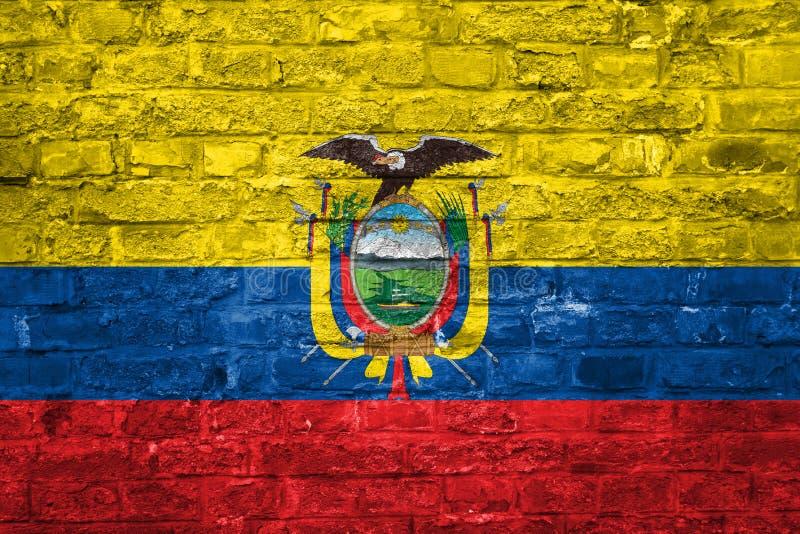 Flaga Ekwador nad starym ściany z cegieł tłem, powierzchnia fotografia stock