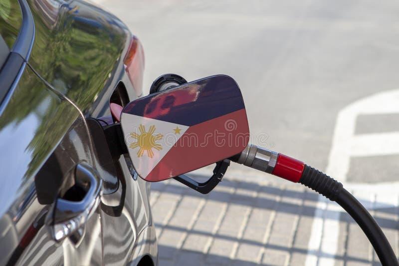 Flaga Filipiny na samochodowym ` s paliwa napełniacza łopocie fotografia stock